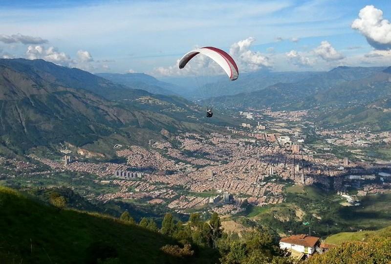 paragliding-in-medellin-e1447653824596