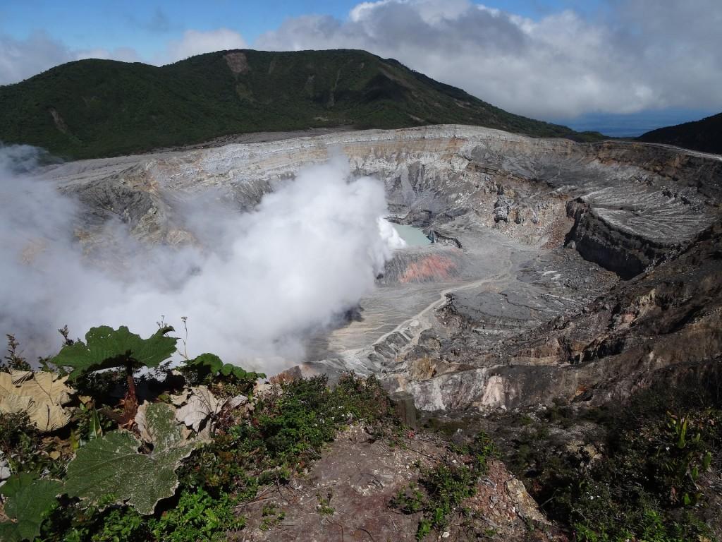 volcano-poas-1246159_1920